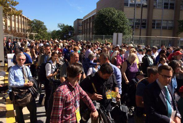 Los fieles esperan en Washington para ver pasar al Papa. (Foto por André...