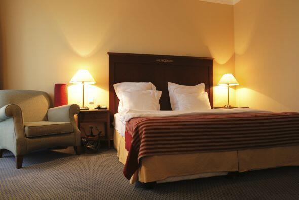 Habitación. Pon lámparas de lectura o apliques de pared junto a la cama....