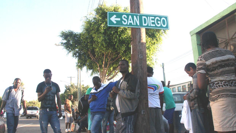 Cientos de haitianos se reúnen en el centro de Tijuana. Los inmigrantes...