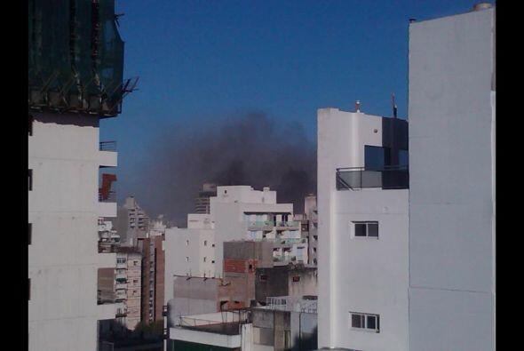 Fabián Basualdo toma una fotografía a lo lejos de la explosión.