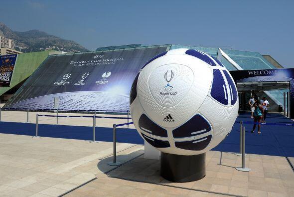 Por último, se presentó el balón de la nueva edición de la Champions Lea...