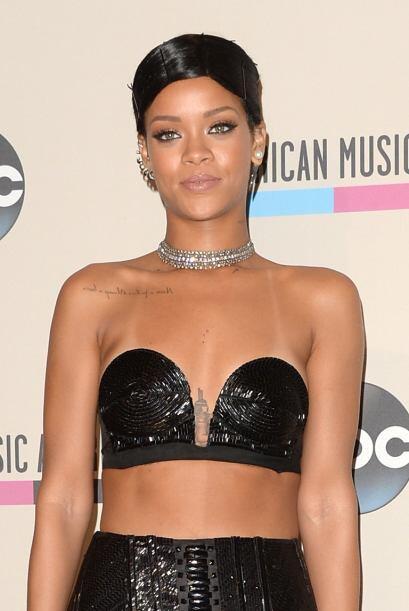 Durante la entrega de los American Music Awards, Rihanna dejó a más de u...