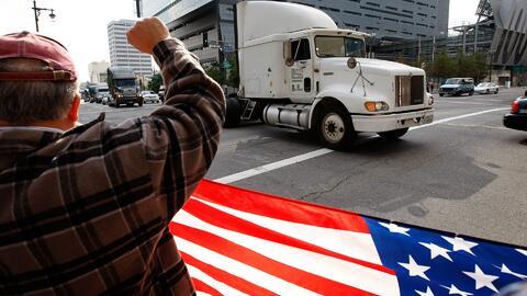 Camioneros y trabajadores de puertos de Los Ángeles y Long Beach protest...