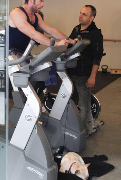 Hugh Jackman lo practica de manera similar, solo que en una bicicleta es...