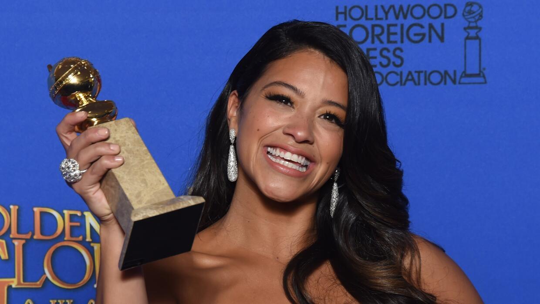 """Actriz Gina Rodriguez con el premio para """"Best Actress"""" - TV Series, Com..."""
