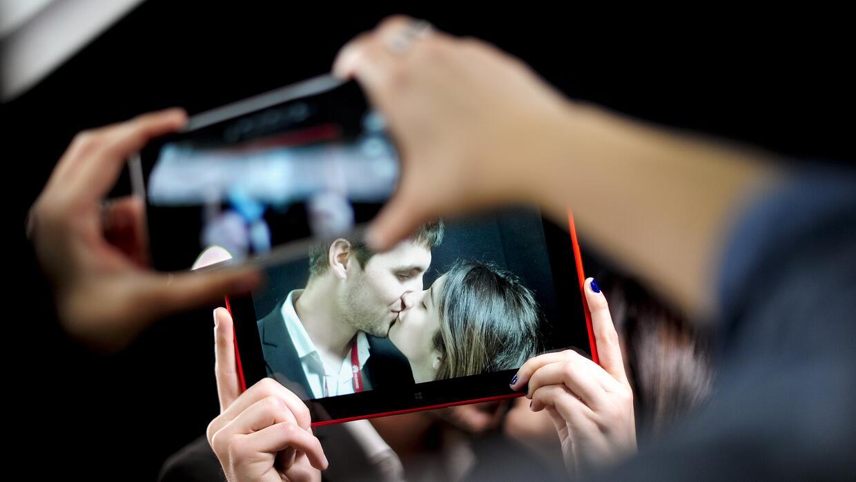 Cuando dos personas se besan se produce un intercambio de información qu...