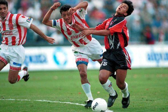 En la otra semifinal del Verano 1998, Necaxa se quedó con la ida al venc...
