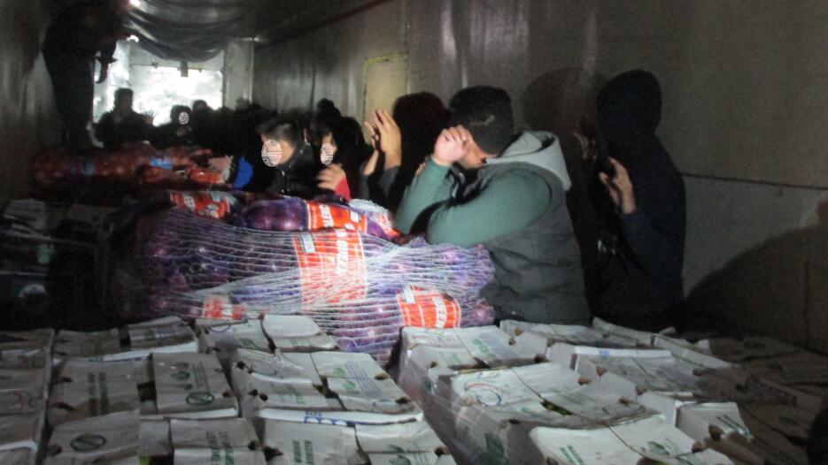 32 inmigrantes indocumentados fueron hallados en un camión frigorífico e...