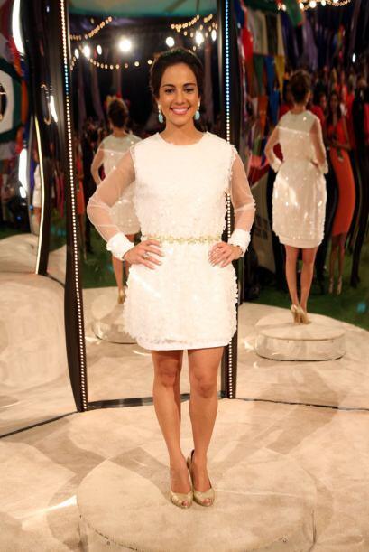 Mariana Atencio de Fusion lució muy fresca y juvenil vestida de blanco.