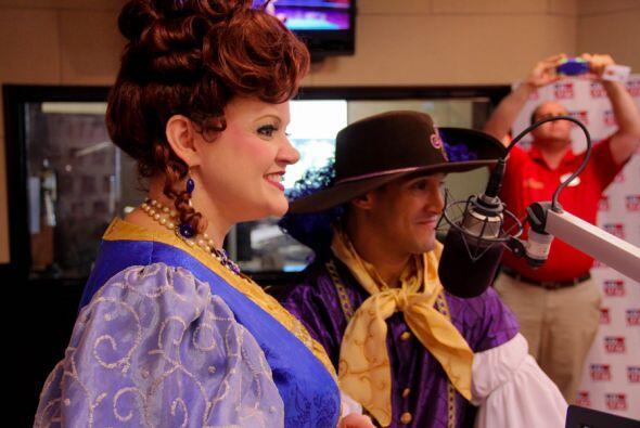 Los personajes de Fantasyland de Disney: Lady Lulu y Tobias, visitaron l...