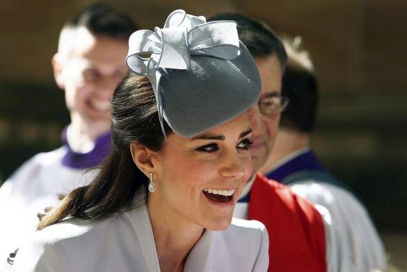 En su primer outfit del día, Kate eligió un elegante Alexander McQueen c...