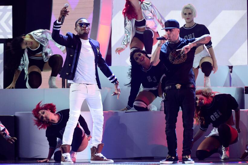 Nicky Jam presentó junto a Omi  'El perdón' y 'Cheerleader' poniendo a b...