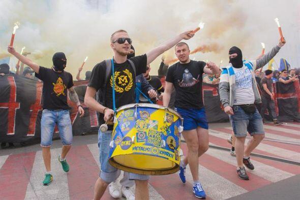 Los aficionados de los clubes de fútbol ucraniano Dnipro Dnipropetrovsk...