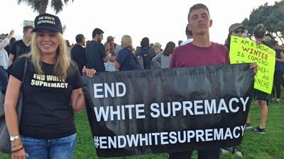 En fotos: Cientos rechazan el racismo y a los supremacistas blancos en el sur de California con una contraprotesta
