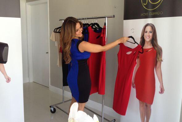 Jackie no deja de ver sus vestidos, el rojo es su favorito.