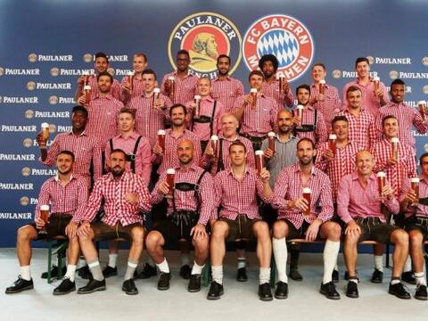 Los jugadores del campeón de la Bundesliga se vistieron con el tr...