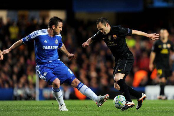 Iniesta fue otro de los jugadores que más intentaba ir por el empate, pe...