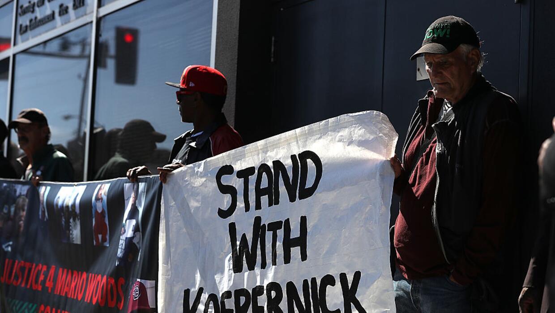 Protesta en apoyo a Colin Kaepernick, jugador de fútbol americano del eq...