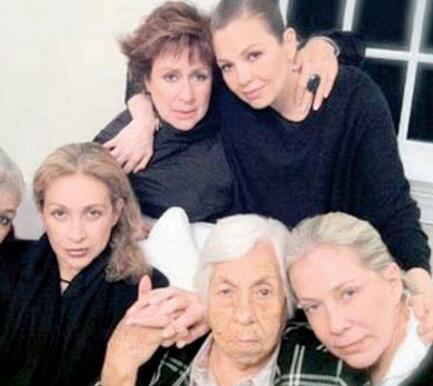 Laura Zapata y sus hermanas.