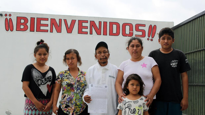 Jorge Sánchez y Dyesi Flores, de 57 y 42 años, junto a sus hijos en Reyn...