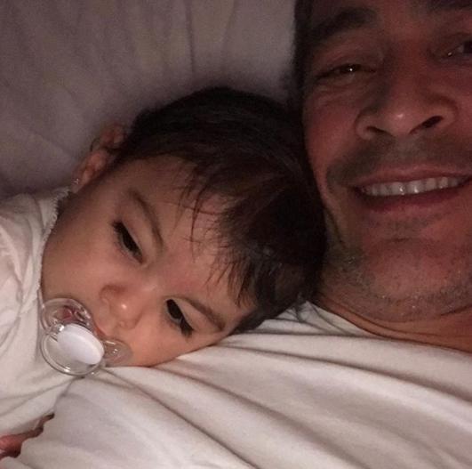 Johnny Lozada con su nieta