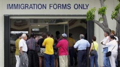 Inmigrantes que no tengan dinero para pagar un trámite con la USCIS, com...