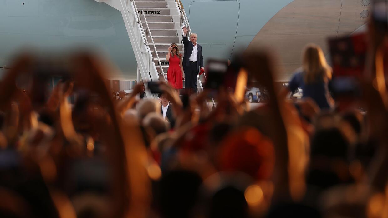 Donald Trump y la primera dama Melania se bajan del avión presidencial