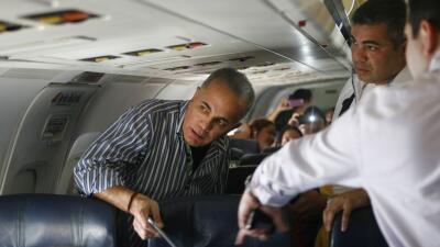 Manuel Rosales poco antes de bajar del avión que lo regresó a Venezuela.