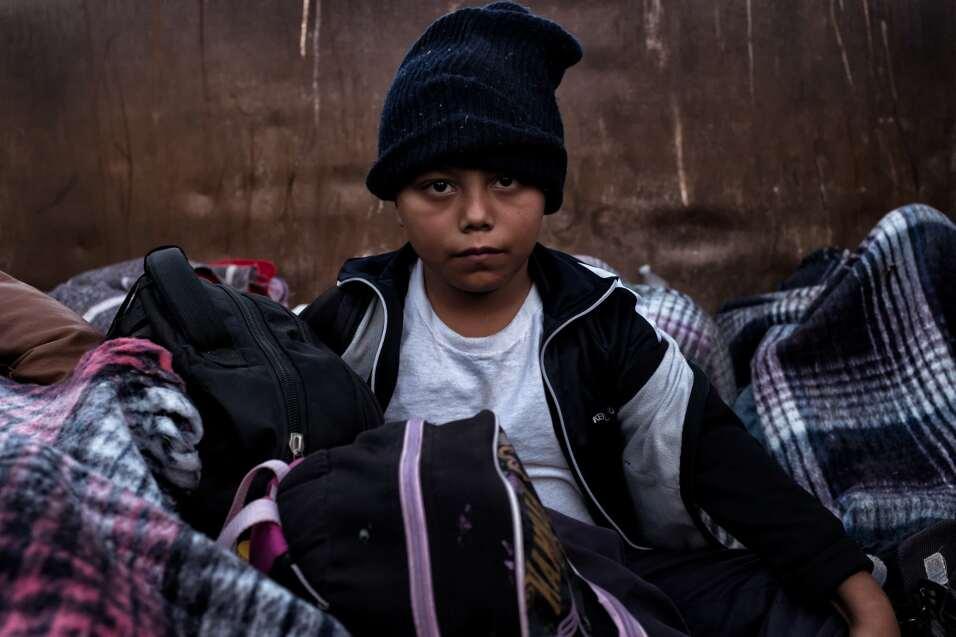Andrés, de 8 años, viaja en 'La Bestia' con su madre y sus...