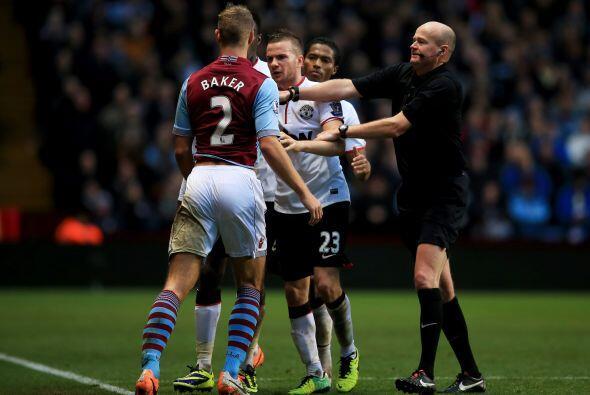 No faltaron algunos roces entre los futbolistas, por lo que el árbitro t...