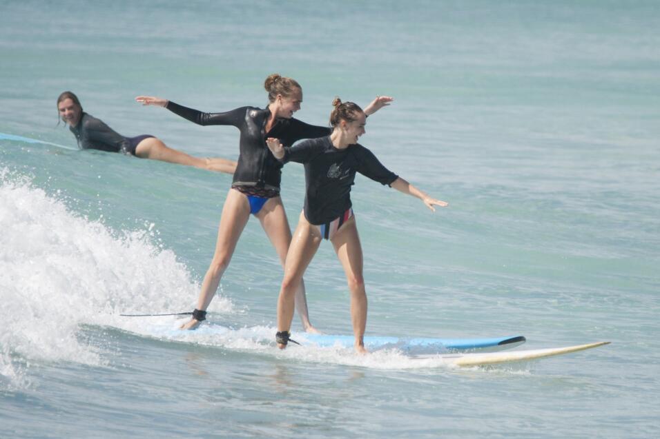 Cara Delevigne aprende a hacer surfing en Barbados