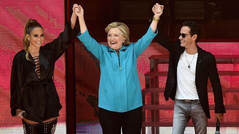 La artista Jennifer Lopez, la candidata presidencial demócrata Hi...