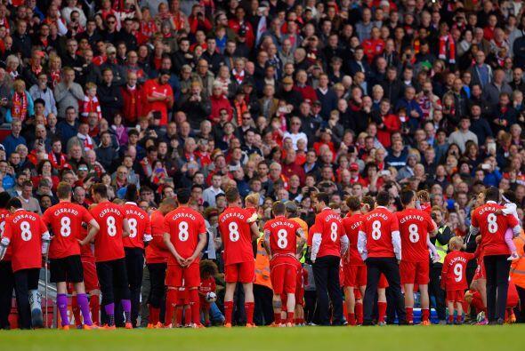 Tras el encuentro el plantel completo del Liverpool posó con playeras qu...