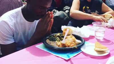 Los Angeles Mission alimenta a miles de indigentes
