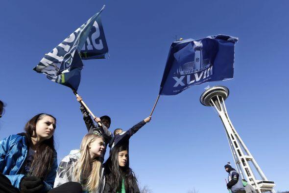 Los fans en espera de la llegada de los campeones, Seattle Seahawks (AP-...