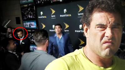 Momento en el que Eduardo Yáñez golpea a un reportero de...