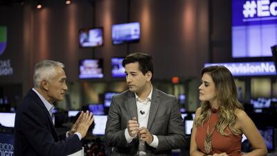 El periodista de Univision Jorge Ramos apareció en el set del Noticiero...