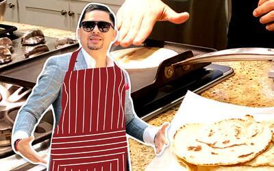 Larry Hernández aprendió a hacer tortillas con su maquinita mexicana.