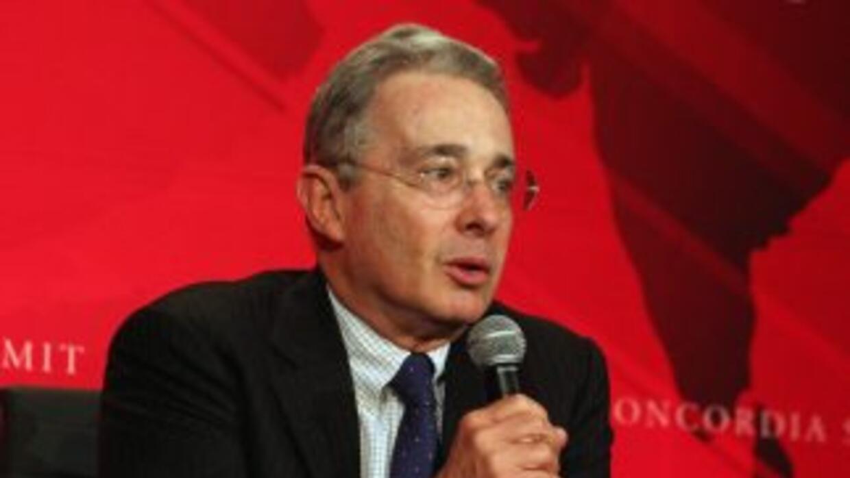 Alvaro Uribe buscaría crear las condiciones políticas para cambiar la Co...