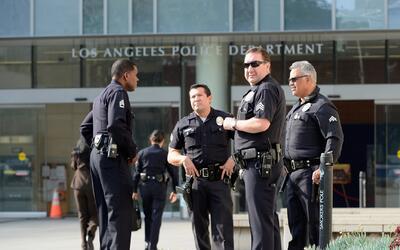 Agentes de la policía de Los Ángeles, en alerta máxima por amenazas de p...
