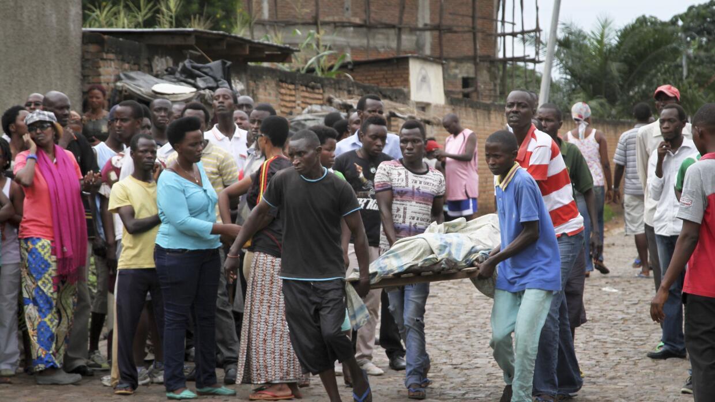 Hombres retiran un cadáver en Nyakabiga.