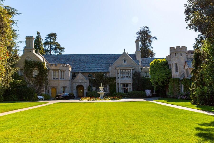 Fachada de la mansión Playboy, residencia de Hugh Hefner