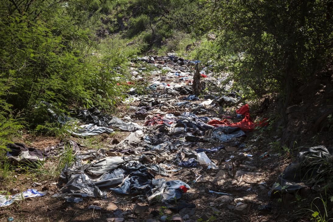 Esta es la ropa que quedó atrás de migrantes que cruzaron la frontera en...