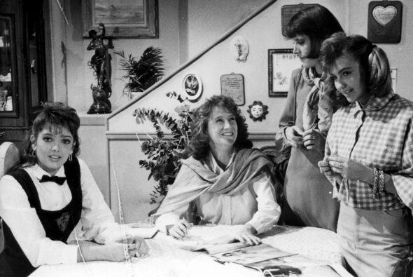 """Thalía con Adela Noriega en una escena de """"Quinceañera"""" en 1987."""