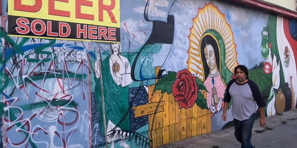 Ajena a los daños del grafiti, una Virgen de Guadalupe adorna la...