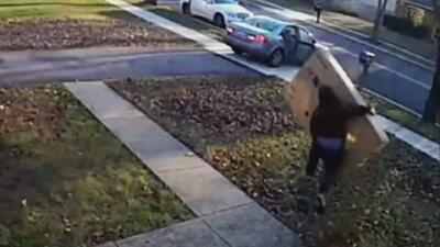 Las autoridades están tras la pista de un torpe ladrón que no podía con la caja que se robó