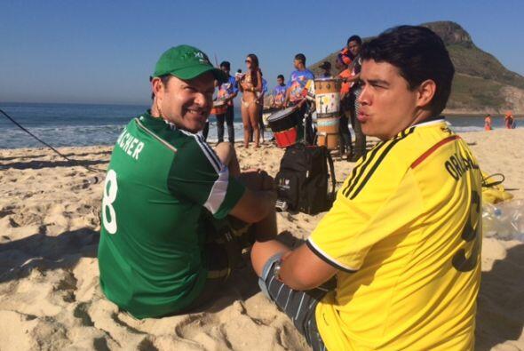 ¡Los cachamos! Alan y Orlando gozando de la bella vista de la playa.