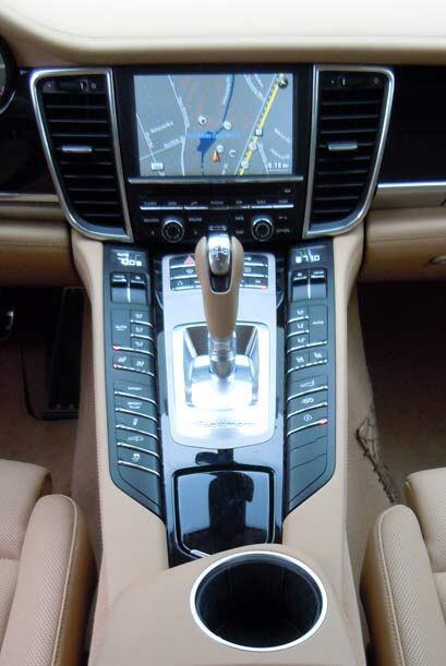 Todos los modelos están equipados con la transmisión se siete velocidade...