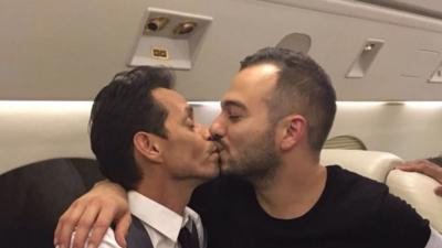 Marc Anthony se besa con hombres para justificar su beso con J.Lo, e internet enloquece