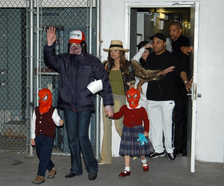 Era común ver a Michael Jackson en público junto a sus hijos disfrazados...